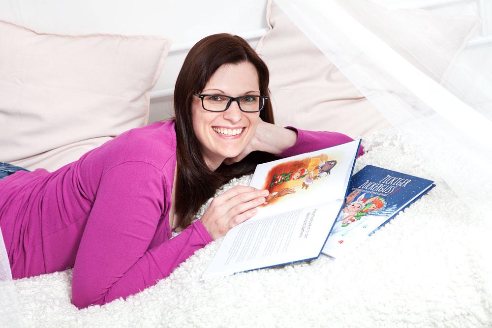 Jasmin Zipperling und ihre Bücher. Foto von Sarah Scheuvenberg.