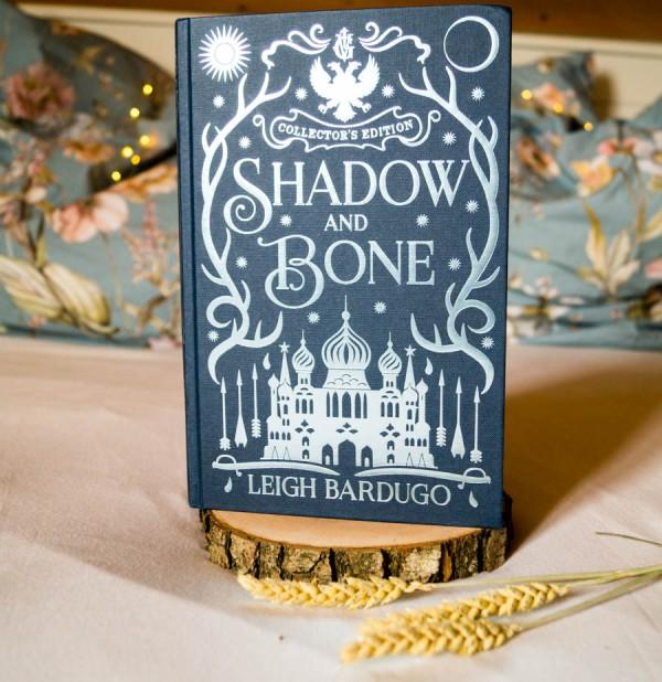 "Leigh Bardugos Roman ""Shadow and Bone"" in der Schmuckausgabe"